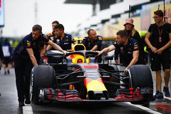 Red Bull Racing monteurs duwen de wagen van Max Verstappen, Red Bull Racing RB14, door de pitstraat