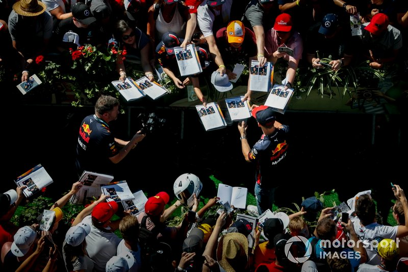 Pierre Gasly, Red Bull Racing, firma autógrafos para los fans