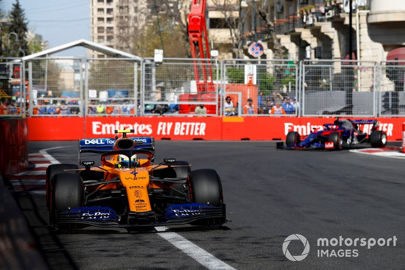 Lando Norris, McLaren MCL34, precede Daniil Kvyat, Toro Rosso STR14