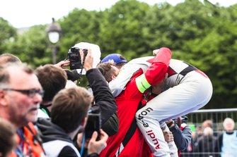 Daniel Abt, Audi Sport ABT Schaeffler, 3er puesto, celebra con un miembro del equipo