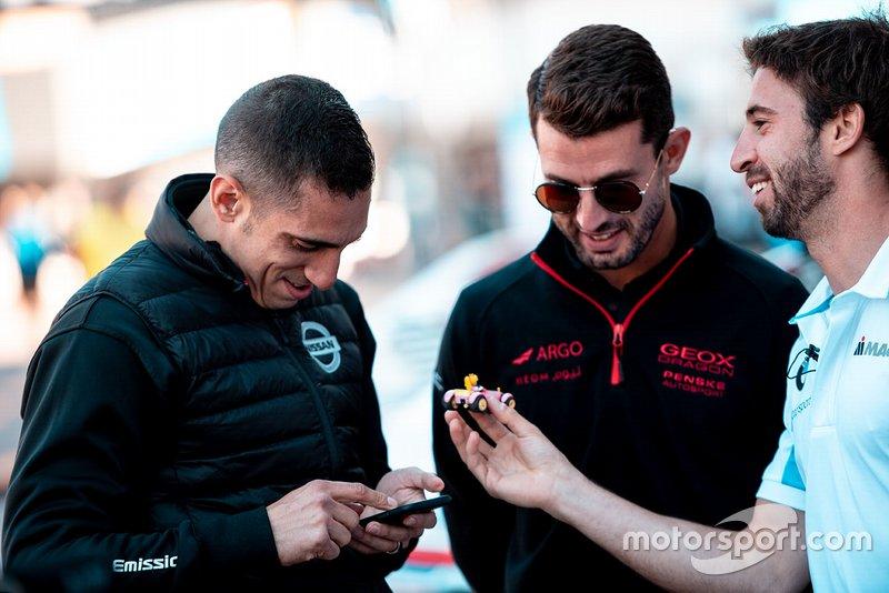 Antonio Felix da Costa, BMW I Andretti Motorsports, mostra a Sébastien Buemi, Nissan e.Dams, il suo Mario kart