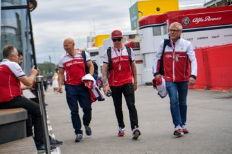 Kimi Raikkonen, Alfa Romeo Racing and Mark Arnall nel paddock
