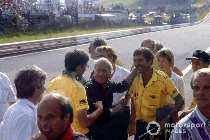 Colin Chapman y los mecánicos del equipo Lotus celebran la victoria