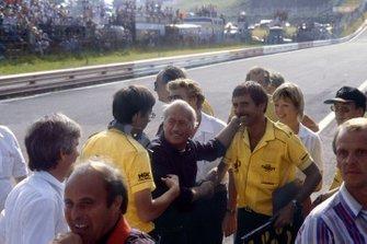 Colin Chapman e i meccanici del team Lotus festeggiano la vittoria