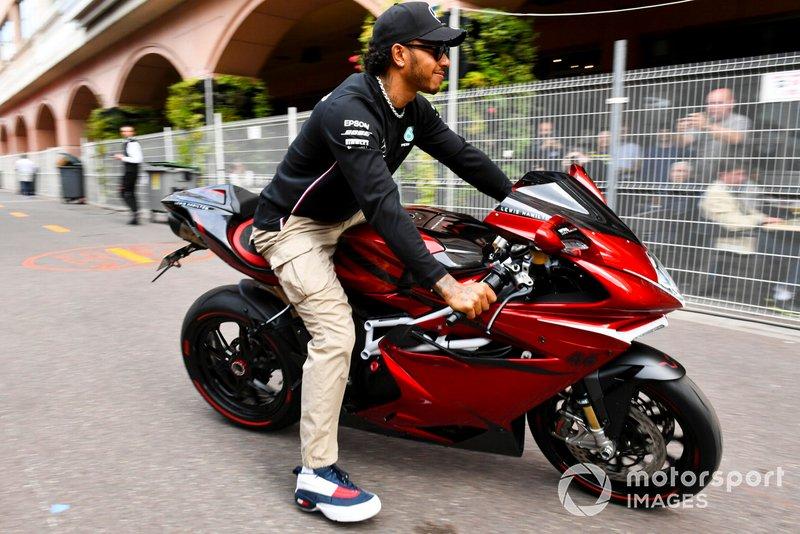 Lewis Hamilton, Mercedes AMG F1 sulla sua moto