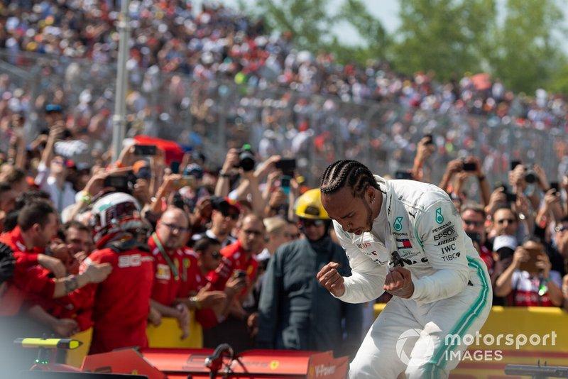 Lewis Hamilton, Mercedes AMG F1, 1° classificato, festeggia nel parco chiuso