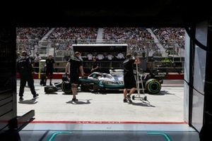Mechanics with the car of Valtteri Bottas, Mercedes AMG W10, in the pit lane