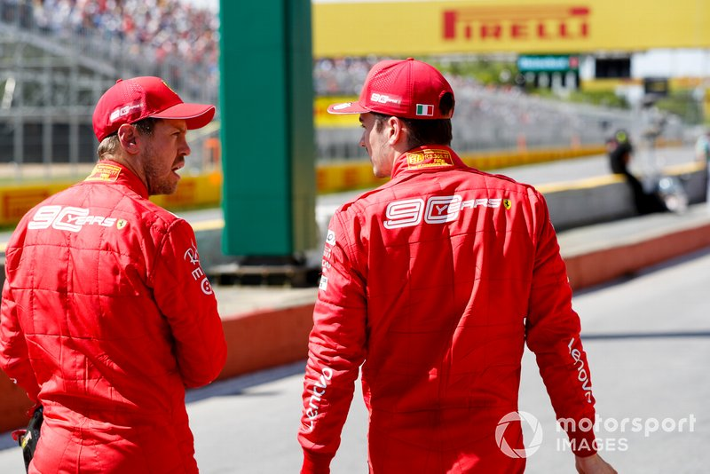 Il poleman Sebastian Vettel, Ferrari, e Charles Leclerc, Ferrari, dopo le Qualifiche