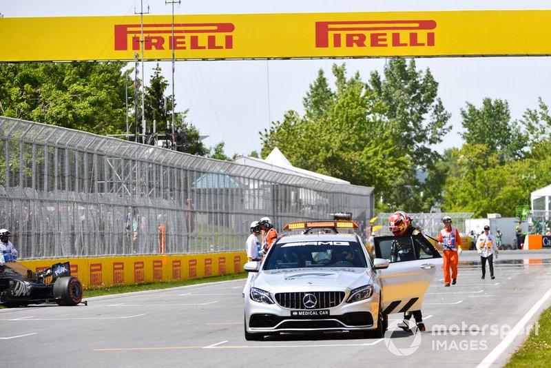 Kevin Magnussen, Haas VF-19 se sube al Safety Car después de estrellarse en la sesión de clasificación