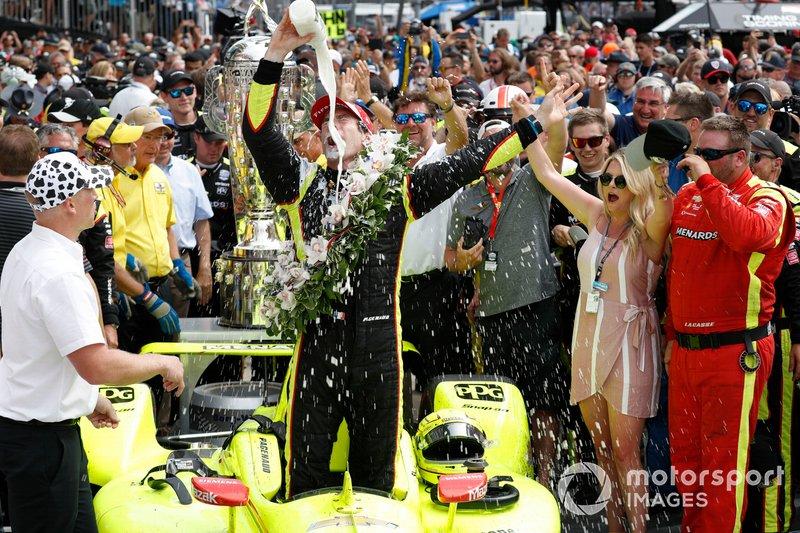Le vainqueur Simon Pagenaud, Team Penske Chevrolet, boit du lait sur la Victory Lane