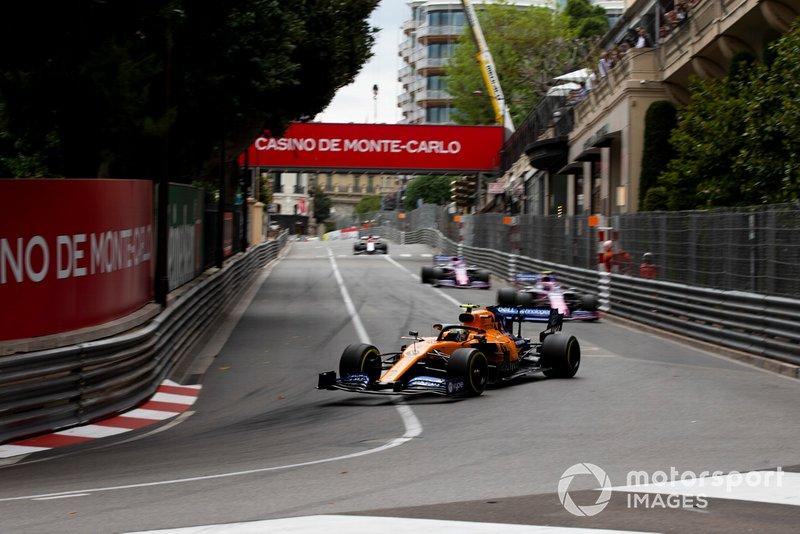 Lando Norris, McLaren MCL34, precede Lance Stroll, Racing Point RP19