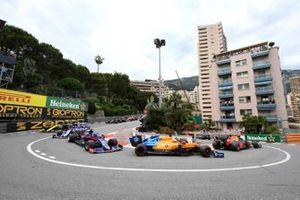 Carlos Sainz Jr., McLaren MCL34, Daniil Kvyat, Toro Rosso STR14, y Alexander Albon, Toro Rosso STR14