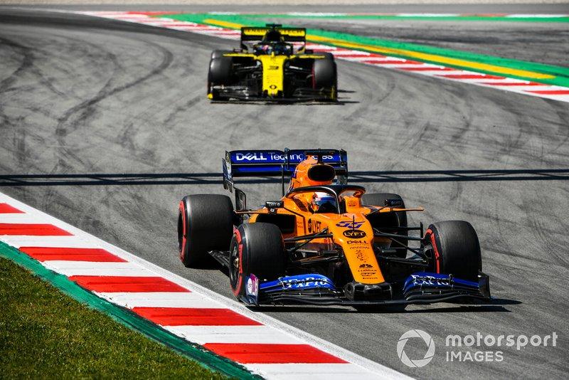 Carlos Sainz Jr, McLaren MCL34, Daniel Ricciardo, Renault R.S.19