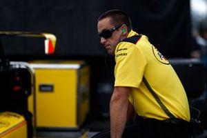 Un membre de l'équipe de Helio Castroneves, Team Penske Chevrolet