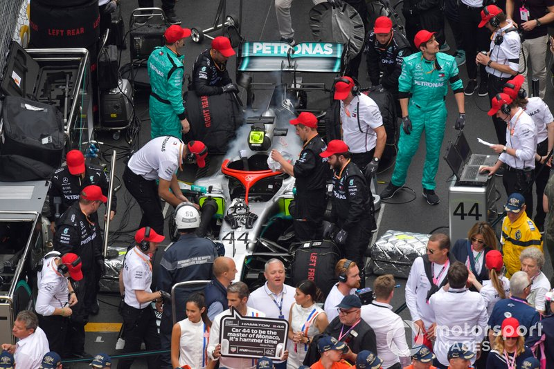 Mechanics with the car of Lewis Hamilton, Mercedes AMG F1 W10, on the grid