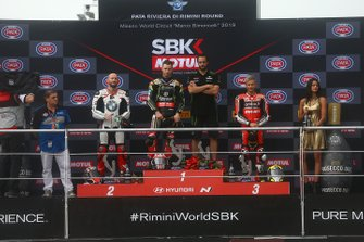 Podium : le vainqueur de la course 1, Jonathan Rea, Kawasaki Racing Team, le second Tom Sykes, BMW Motorrad WorldSBK Team, et le troisième Alvaro Bautista, Aruba.it Racing-Ducati Team