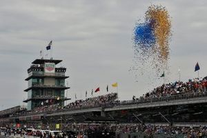 Release of the balloons near the pagoda during pre-race activities