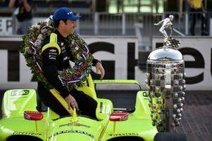 Simon Pagenaud, Team Penske Chevrolet avec le Borg-Warner trophy