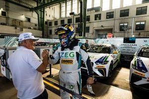 Cacá Bueno, Jaguar Brazil Racing, celebrates pole position