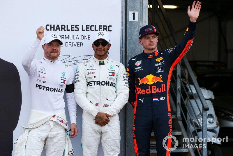 Lewis Hamilton, Mercedes AMG F1, festeggia la pole position, accanto a Valtteri Bottas, Mercedes AMG F1, e Max Verstappen, Red Bull Racing