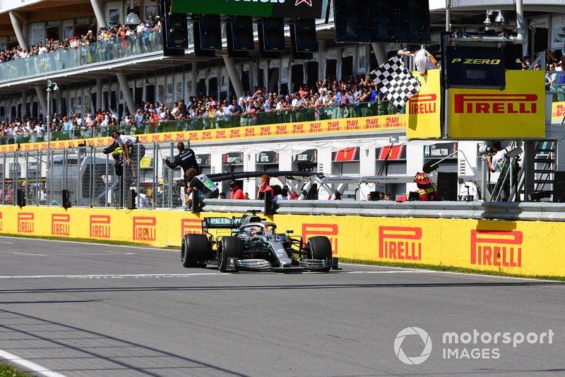 Lewis Hamilton, Mercedes AMG F1 W10, recibe la bandera a cuadros