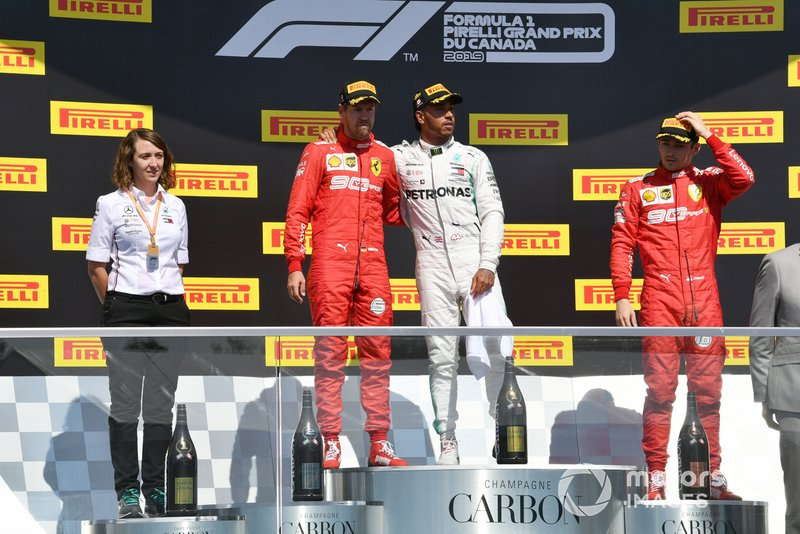 Podio: segundo lugar Sebastian Vettel, Ferrari, es abrazado por el ganador de la carrera Lewis Hamilton, Mercedes AMG F1 y tercer lugar Charles Leclerc, Ferrari
