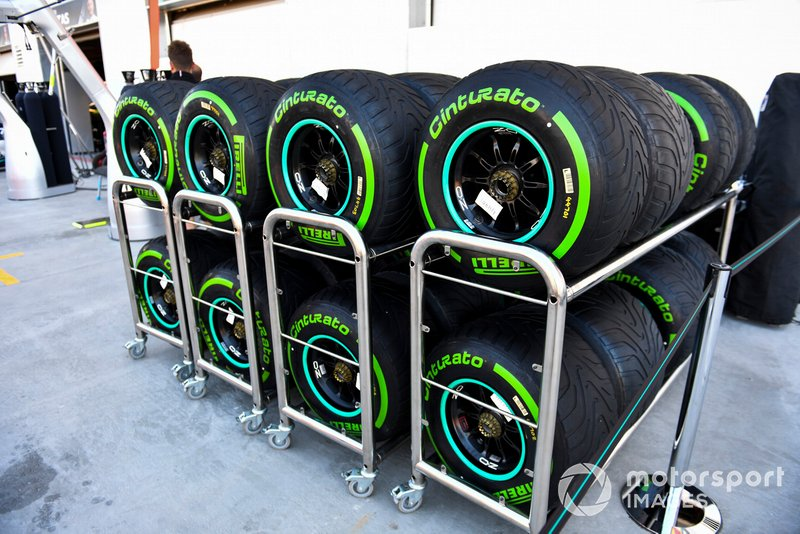 Neumáticos intermedios Pirelli en un porta neumáticos