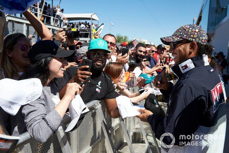 Lewis Hamilton, Mercedes AMG F1 signs a autograph for a fan