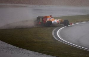 Fernando Alonso, Renault R29, runs wide