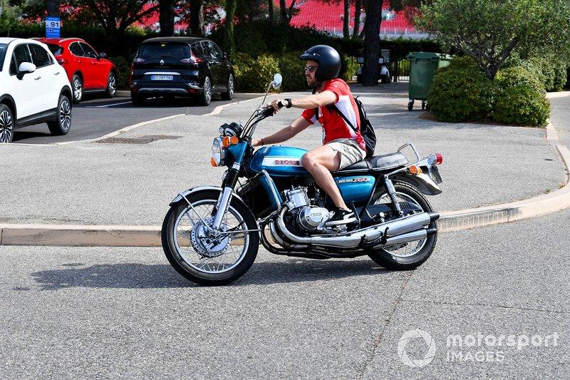 Sebastian Vettel, Ferrari, llega en su moto