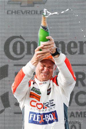#54 CORE autosport ORECA LMP2, P - Jon Bennett, Colin Braun, podio, champagne