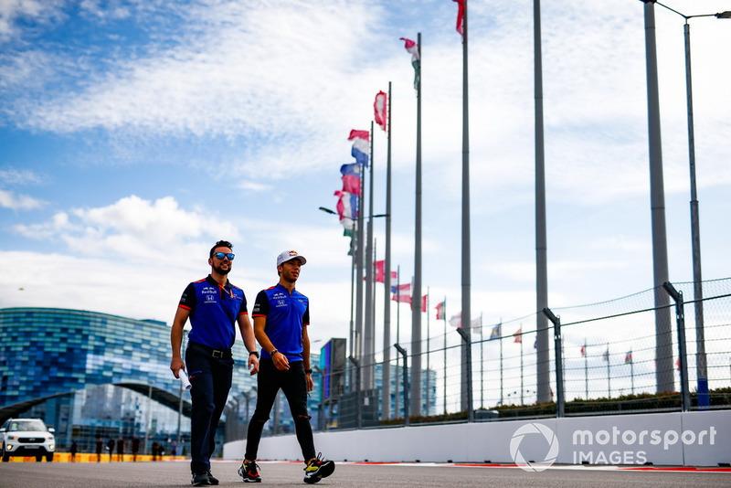 Pierre Gasly, Scuderia Toro Rosso, parcourt la piste à pied