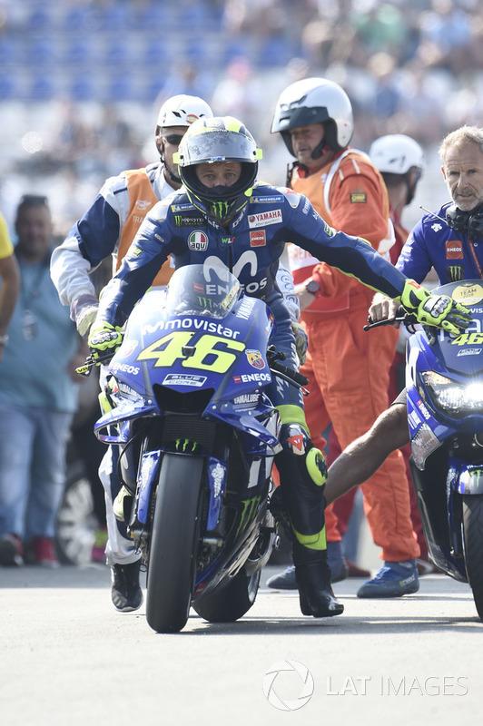 Valentino Rossi, Yamaha Factory Racing, siendo remolcado