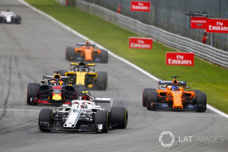 Charles Leclerc, Alfa Romeo Sauber C37, devant Daniel Ricciardo, Red Bull Racing RB14 Tag Heuer, Fernando Alonso, McLaren MCL33, Nico Hulkenberg, Renault Sport F1 Team R.S. 18, et Stoffel Vandoorne, McLaren MCL33