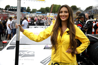 Девушка у машины Пола ди Ресты, Mercedes-AMG Team HWA