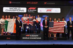 Chase Carey, Chief Executive Officer ed Executive Chairman del Formula One Group, ed Andrew Denford, F1 in Schools, con i Campioni del Mondo della F1 in Schools