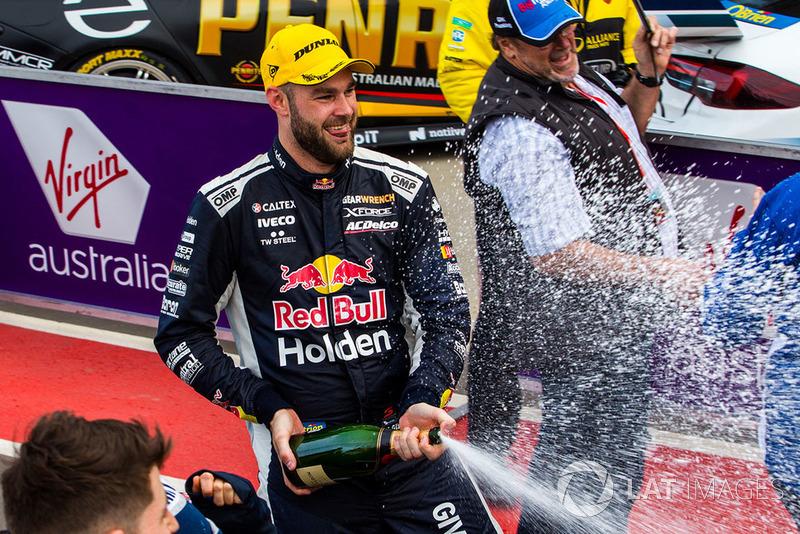 Обладатель второго места Шейн ван Гисберген, Triple Eight Race Engineering Holden