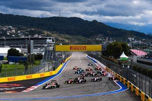 Старт гонки: лидируют Леонардо Пульчини, Campos Racing, Каллум Илотт и Антуан Юбер, ART Grand Prix