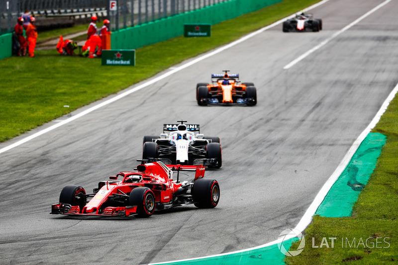 Sebastian Vettel, Ferrari SF71H, por delante de Lance Stroll, Williams FW41, Fernando Alonso, McLaren MCL33, y Kevin Magnussen, Haas F1 Team VF-18