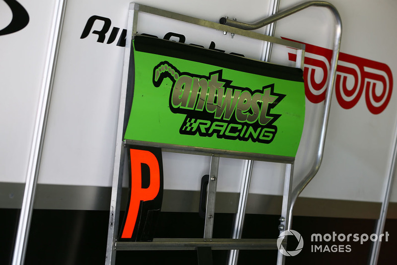 Anthony West, EAB Antwest Racing, pit board