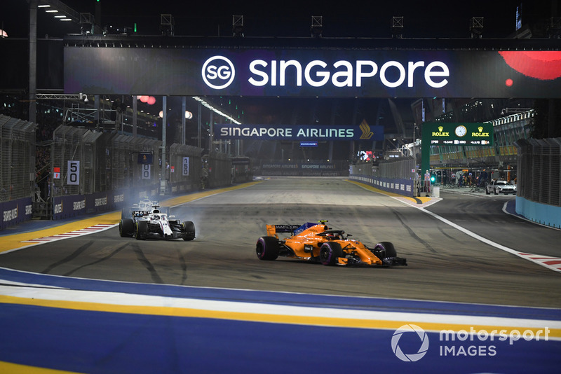 Stoffel Vandoorne, McLaren MCL33 y Lance Stroll, Williams FW41