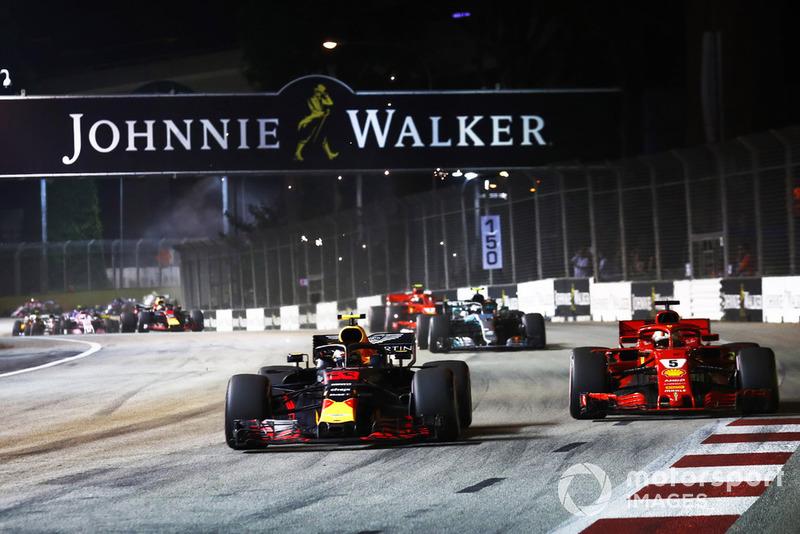 Max Verstappen, Red Bull Racing RB14, batalla con Sebastian Vettel, Ferrari SF71H, al inicio
