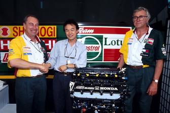 Hirotoshi Honda ve Peter Collins, Lotus Takım Menajeri, bir sonraki sezon için Lotus'a Mugen motorları anlaşmasını yapıyor