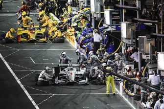 Josef Newgarden, Team Penske Chevrolet, Ryan Hunter-Reay, Andretti Autosport Honda, pit stop