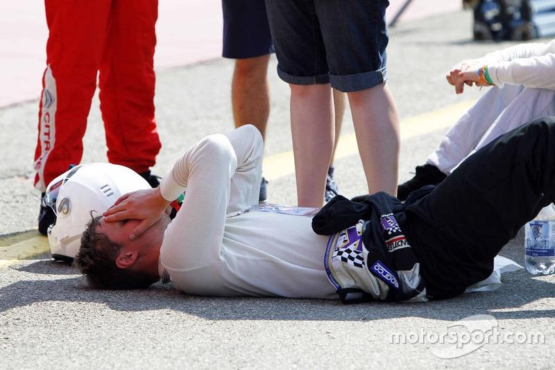 Pilota esausto dopo la gara