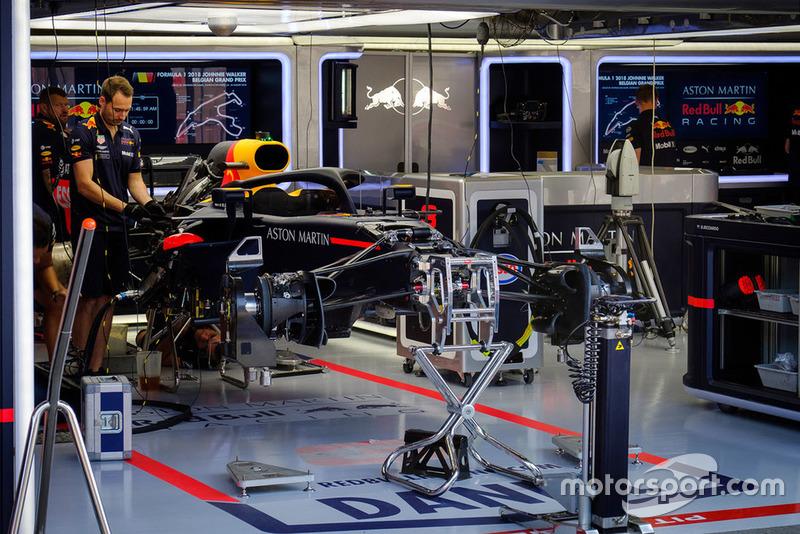Mobil Daniel Ricciardo, Red Bull Racing RB14, di garasi