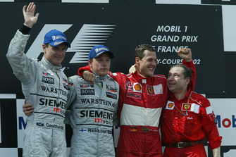 Podium : le vainqueur Michael Schumacher, Ferrari, le second Kimi Raikkonen, McLaren, le troisième David Coulthard, McLaren, avec Jean Todt, Ferrari
