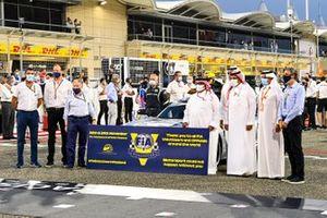 Sheikh Abdullah bin Hamad bin Isa Al Khalifa and other dignitaries on the grid