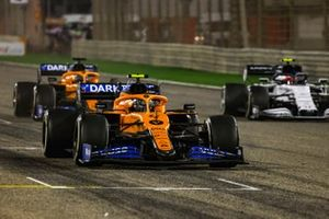 Lando Norris, McLaren MCL35, Carlos Sainz Jr., Carlos Sainz Jr., McLaren MCL35, et Pierre Gasly, AlphaTauri AT01