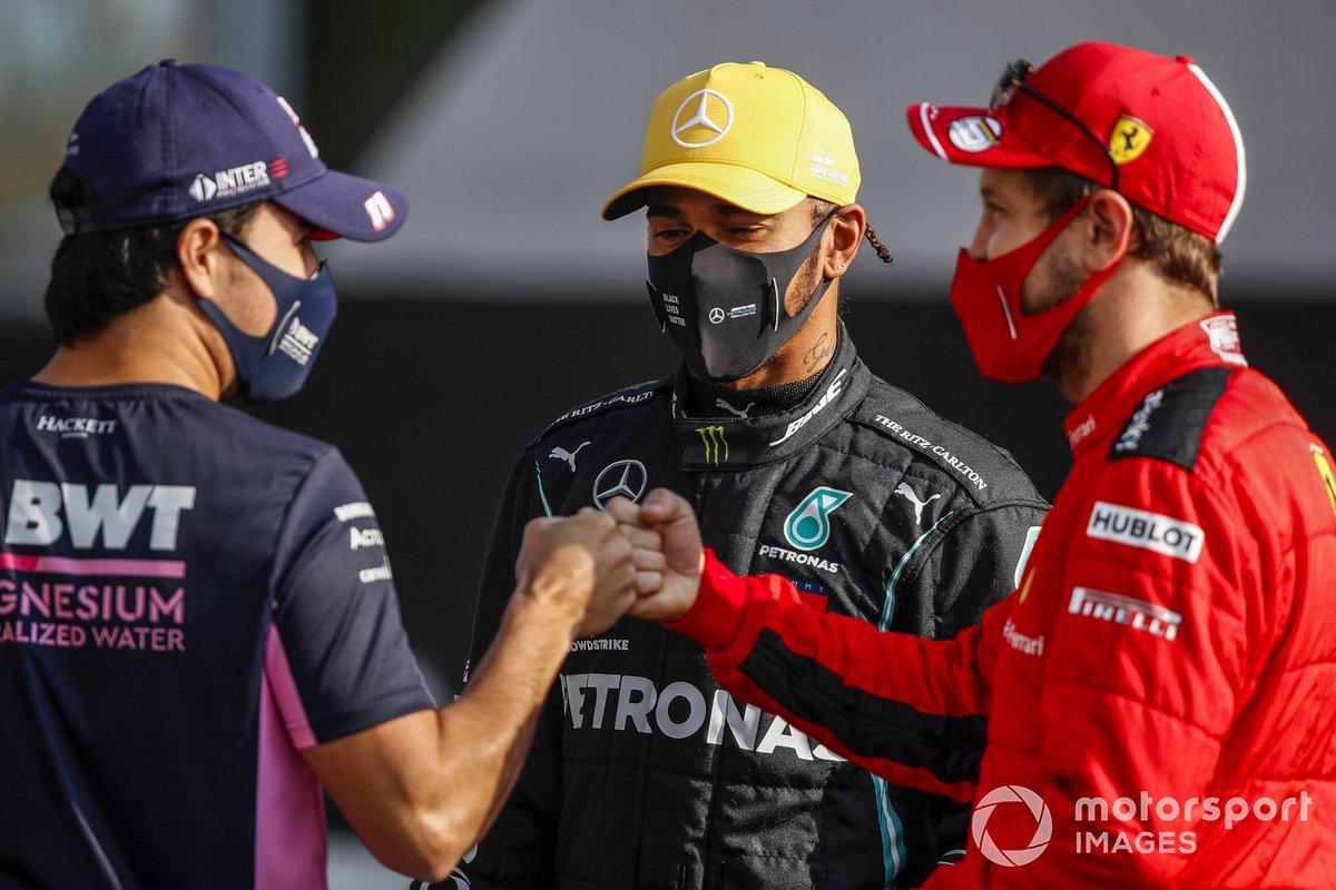 Sergio Perez, Racing Point, e Sebastian Vettel, Ferrari, si salutano mentre Lewis Hamilton, Mercedes-AMG F1, li guarda